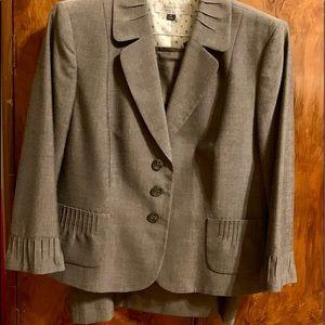 Tahari Size 16 Gray Suit